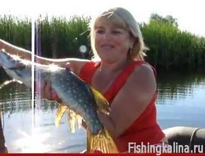 Женщина на рыбной ловле по щуке